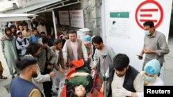 Доставка пострадавшей женщины в госпиталь - после взрыва на западе Кабула 8 мая 2021 года.