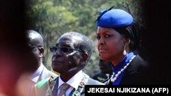 در این تصویر از سال ۲۰۱۵ موگابه و همسرش گریس در یک جشن ملی دیده میشوند