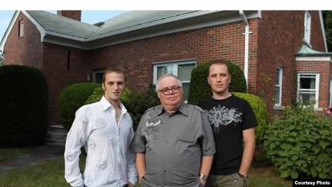 Валерий Родос с сыновьями Артемом и Георгием