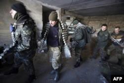 Українські солдати споряджають БМП до бою. Село Піски під Донецьком, 3 грудня 2014 року