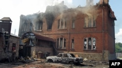 Разрушенный при обстреле дом в Славянске