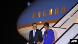 Президент США Барак Обама и его супруга Мишель Обама прибыли в Великобританию