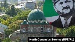 На улице Котрова находится самая большая салафитская мечеть в Дагестане. Глава Чечни Кадыров, как известно, считает салафитов - экстремистами