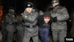 Полиси Русия ҳангоми боздошти тазоҳуркунандагони зидди фашизм. Маскав, 19-уми январи соли 2010.