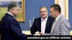 Петр Порошенко назначил Бориса Бабина (справа) новым постпредом в Крыму, 17 августа 2017 года