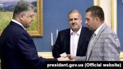 Петр Порошенко (л) назначает нового представителя президента Украины в Крыму Бориса Бабина (п), 17 августа 2017 год