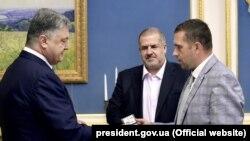 Президент Украины Петр Порошенко назначил Бориса Бабина (справа) новым постпредом в Крыму. Киев, 17 августа 2017 года.