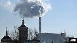 Fumul produs de o uzină de incinerare a deșeurilor, într-o suburbie a Moscovei.
