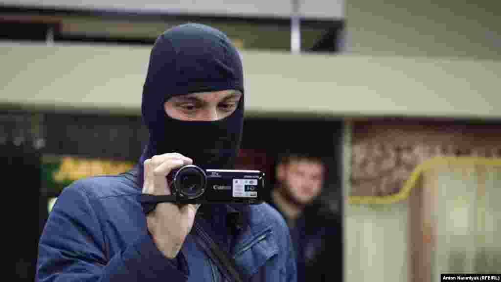 По словам силовиков, к ним поступила информация«о готовящихся одиночных пикетах, организаторами которых могут выступить Гемеджи и Меметов»