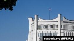 Бел-чырвона белы сьцяг над Горадзенскім драматычным тэатрам, 5 жніўня 2020