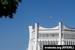 Бел-чырвона-белы сьцяг над горадзенскім драмтэатрам у Горадні, 15 жніўня