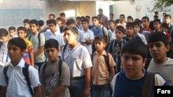 نوجوانان در مدرسه در انتظار رفتن به سر کلاس درس (عکس از خبرگزاری فارس)