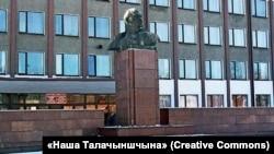 Бюст Леніна ў Талачыне, фота газеты «Наша Талачыншчына»