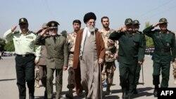 Ayətulla Ali Khamenei (ortada) Tehranda İmam Hüseyn Hərbi Məktəbində