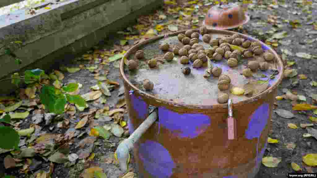Водоколонка у дворі багатоквартирного будинку – під замком