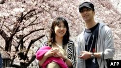 Японська родина під час цвітіння сакури. Токіо, 6 квітня 2010 року