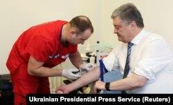 Петр Порошенко сдает кровь на анализ, чтобы доказать, что не принимает наркотики и не злоупотребляет алкоголем