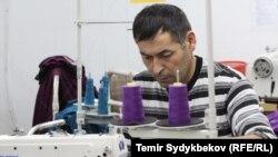 Кыргызстандагы кийим тиккен цехтердин бири. (Архивдик сүрөт)