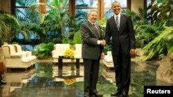 Прэзыдэнт ЗША Барак Абама і прэзыдэнт Кубы Рауль Кастра пазіруюць для фота падчас іх першай сустрэчы на другі дзень візыту Абамы на Кубу. Гавана, 21 траўня 2016