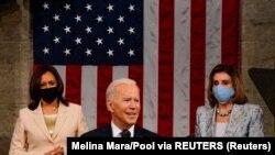 Președintele Joe Biden în fața camerelor reunite ale Congresului. În spate, pentru prima dată, două femei: vicepreședinta Kama Harris (care este și președinta Senatului) și democrata Nancy Pelosi, președinta Camerei Reprezentanților, Washington, 29 mai 2021.
