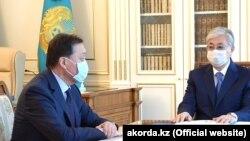 Президент Казахстана Касым-Жомарт Токаев (справа) и премьер-министр Аскар Мамин.
