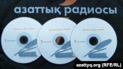 """Диски со """"Словами назидания"""" Абая, изданные сайтом Азаттык."""