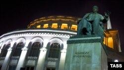 Երևանի Օպերայի շենքը երեկոյան, արխիվ