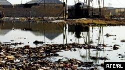 Waste oil in the suburbs of Baku (file photo from August 2007)