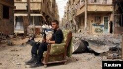 Сүрия оппозициясе сугышчысы Дәир Әл-Зур урамында