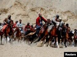 Аўганцы гуляюць у бузкашы