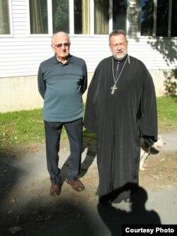 Отец Терентий и один из старейших прихожан Уолтер Чернец. Открою секрет, притушенная сигара у Терентия в левом рукаве.