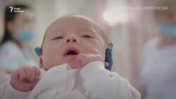Народжені сурогатно немовлята «застрягли» в Україні через карантин – відеосюжет
