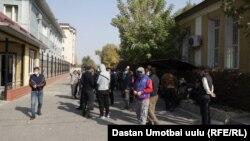 Собрание близких скончавшего мужчины около здания Ошской областной прокуратуры.