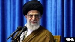 آیت الله خامنهای می گوید دشمن به دنبال تسلیم شدن نظام اسلامی است