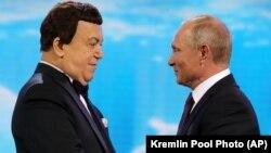 Аз чап ба рост: сароянда Иосиф Кобзон ва президенти Русия Владимир Путин, акс аз соли 2017