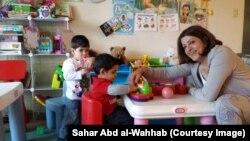 سحر عبد الوهاب مع الأطفال في روضتها بمدينة سكرمنتو في الولايات المتحدة