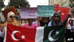 Учащиеся сети частных школ PakTurk вышли с протестом против закрытия учебных заведений. Девочки держат плакаты с надписями: «Я люблю моих турецких учителей» и «Пожалуйста, не высылайте наших турецких учителей». Карачи, 18 ноября 2016 года.