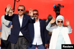 """Реджеп Эрдоган с супругой на митинге """"Демократии и Мучеников"""" в Стамбуле 7 августа"""