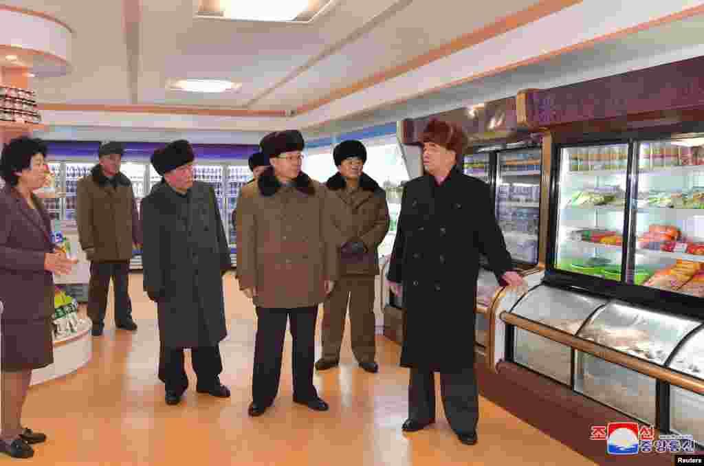 Представители на правителството на Северна Корея инспектират супермаркет в Самийджон.