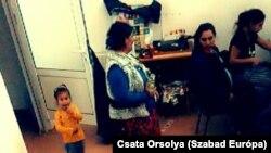 Varrni tanulnak, sofőriskolába járnak az Arénában élő romák.