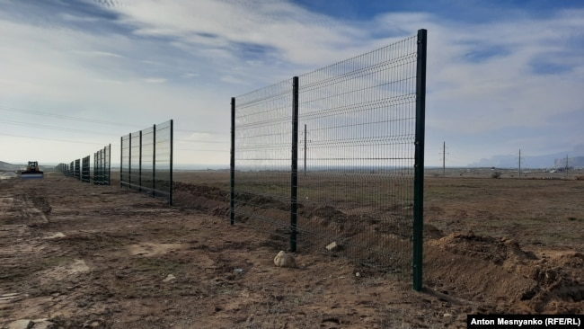 Забор вокруг стройплощадки на месте возведения кластера «Таврида» в Крыму