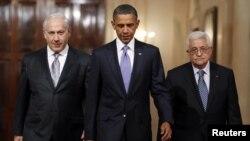 Ysraýylyň premýer-ministri Benýamin Netenýahu (çepde), ABŞ-nyň prezidenti Barak Obama (ortada) we Palestinanyň prezidenti Mahmud Abbas Waşingtonda, 2010-njy ýylyň 1-nji sentýabry.