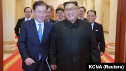 Оңтүстік Корея елшісі Чон Ый Ен (сол жақта) Солтүстік Корея басшысы Ким Чен Ынмен кездесуде. Пхеньян, 6 қыркүйек 2018 жыл.