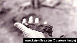 Погон з польського мундира. Ексгумація останків розстріляних. Мідне. Росія, серпень 1991 року
