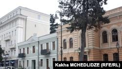 Перед зданием мэрии Тбилиси оппозиционер Зураб Абашидзе и его молодые соратники по партии «Наша Грузия - Свободные демократы» показали журналистам фотографии, на которых было видно, что восстановительные работы на проспекте Агмашенебели были проведены нек