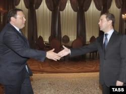Тодійшній президент Росії Дмитро Медведєв (п) зустрічається з керівником банківського гіганта «Альфабанк» Михайлом Фрідманом у Горках, 13 жовтня 2009 року