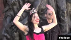 """Акция Натали Коэн в """"Яд ва-Шем"""". Фрагмент видеозаписи ее приятелей, вскоре ушедших с места перформанса"""