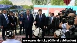 Қырғызстан президенті Сооронбай Жээнбеков (ортада, оң жақта) пен Тәжікстан президенті Эмомали Рахмонның екі ел арасындағы шекарада кездесуі. 26 шілде 2019 жыл.
