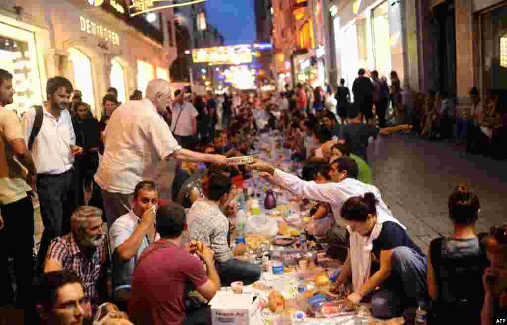 Истанбулда Төркия хөкүмәтенә каршы протест чараларында катнашучыларның ифтар ашы