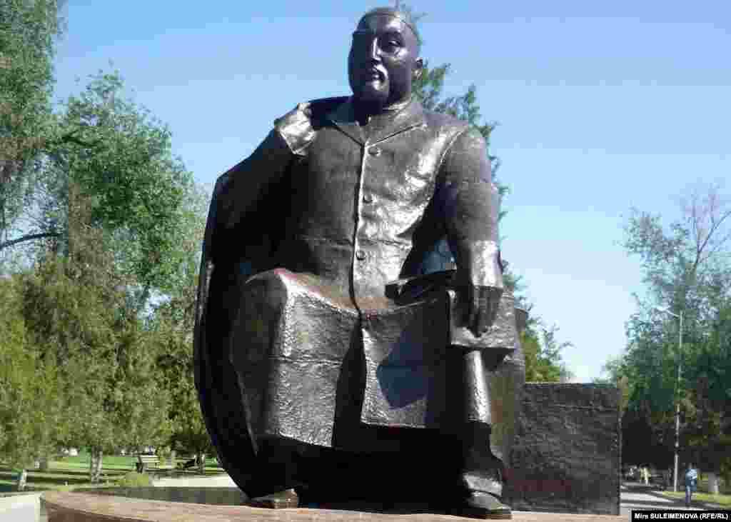 В Шымкенте тоже есть памятник Абаю. 24 мая 2012 года.